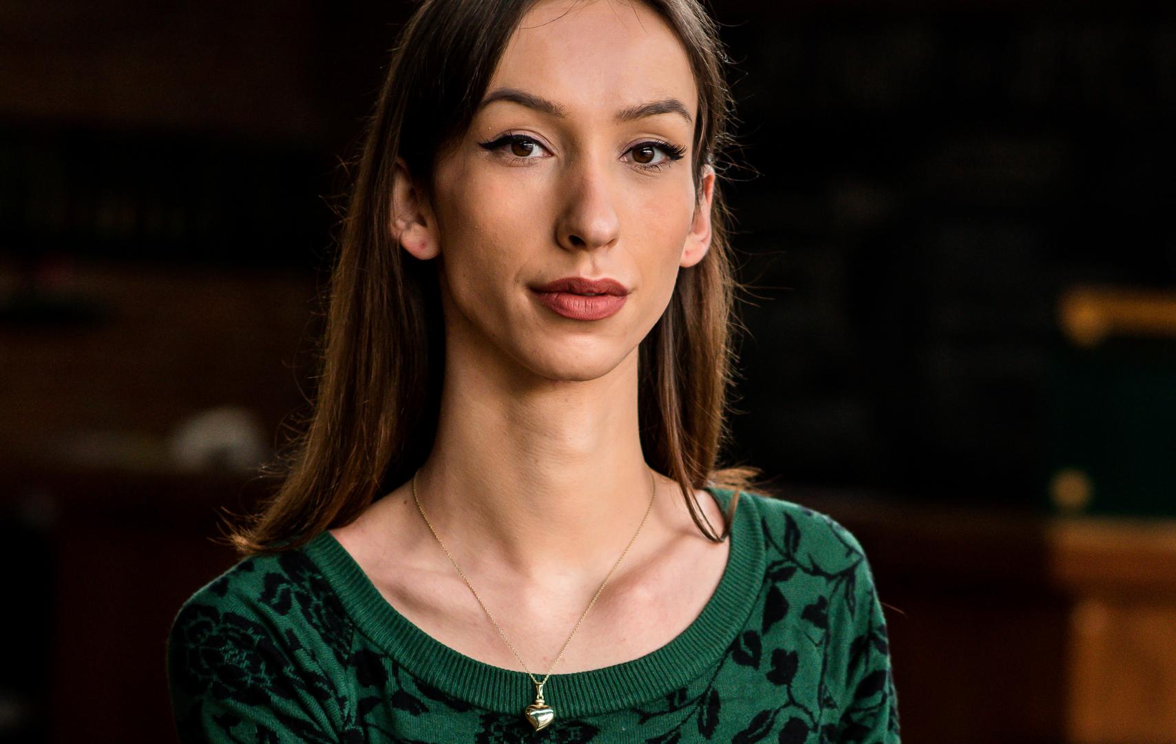 Portretfoto van Rebekka Timmer. Ze draagt een groene jurk en heeft een subtiel kettinkje om.