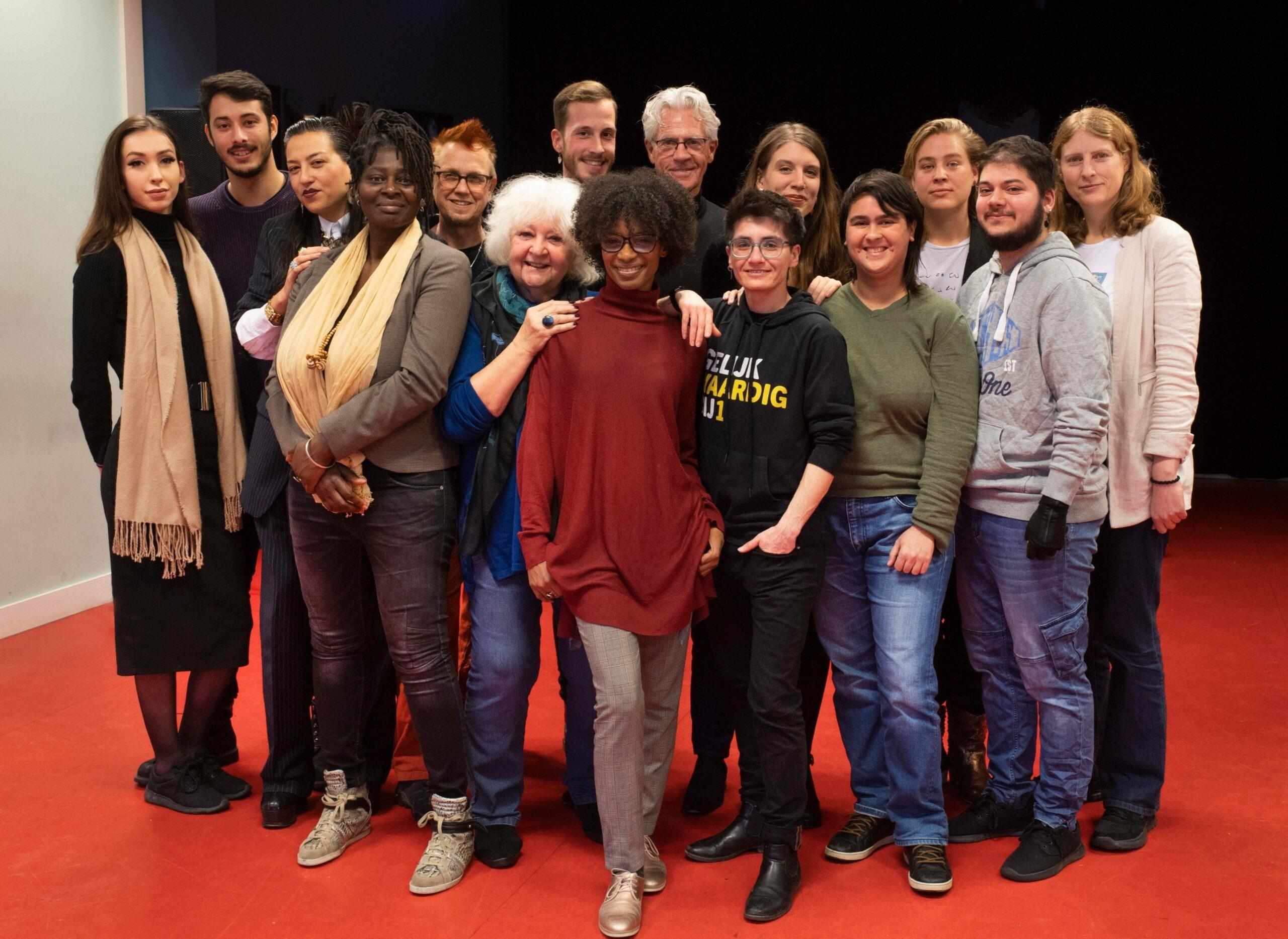 Een groep BIJ1-leden staan geposeerd voor de camera. O.a. Sylvana Simons, So Roustayar, Rebekka Timmer, Jazie Veldhuizen, Aynouk Tan en anderen.