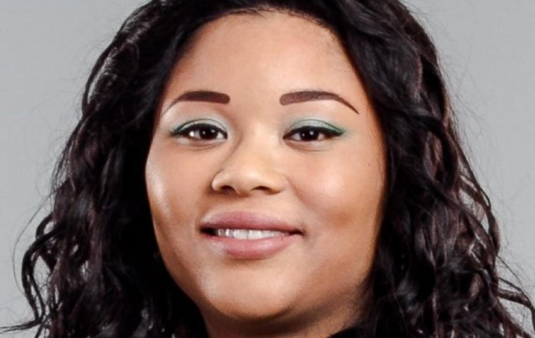Portretfoto van Vayhishta. Zij is een bruine vrouw met donker haar. Ze draagt een blauw-groen shirt.