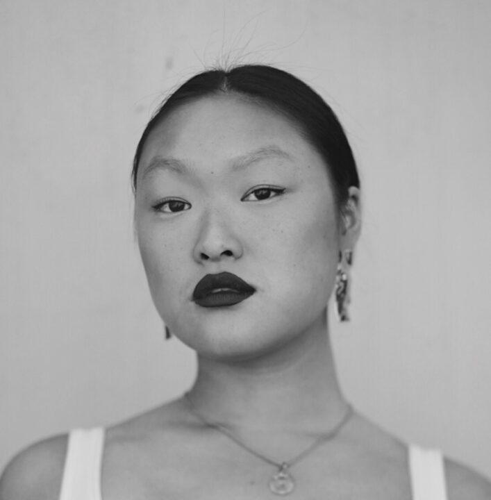 Zwart wit vooraanzicht van een Ashley Yin Lee Chin